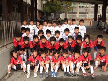 住吉中学校で記念撮影